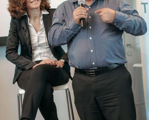 """תמונה של יפעת זמיר ואחד הדוברים במהלך הכנס """"שקיפות ככלי עבודה"""""""